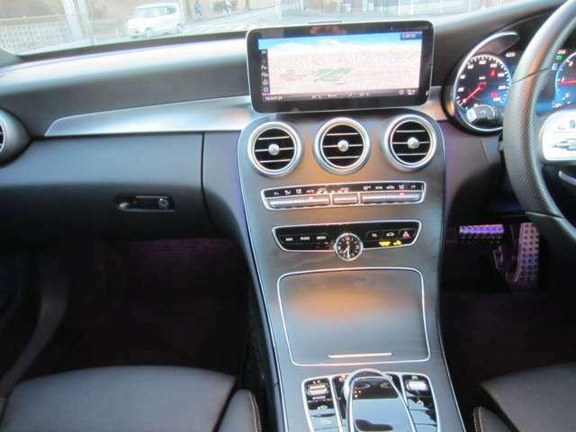 フロントウィンドウに車速やナビゲーションの情報を投影するヘッドアップディスプレイ装備。