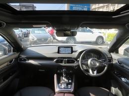 運転に集中しながら、必要な情報を逃さないヘッズアップコクピット・視線移動の少ない正面のゾーンに走行情報を配置。目が離れる事を防止・視界の妨げにならないよう、上方にセンターディスプレイを配置しました!!