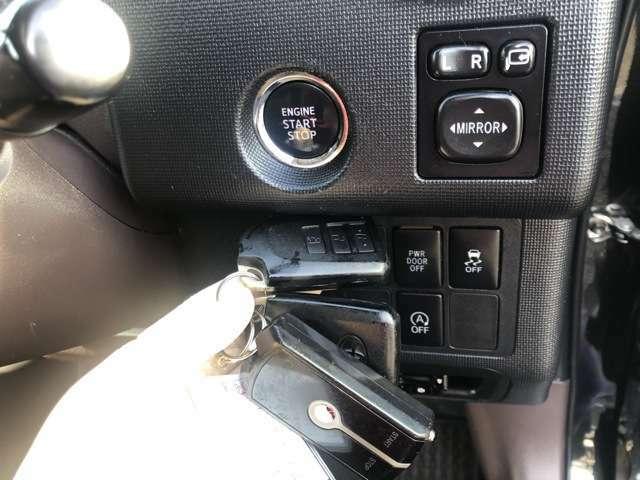 人気のプッシュスタート式スマートキー装備!ECOなアイドルストップ装備!安心のトラクションコントロール装備!電動格納調整ミラー装備!さらにポイントが高いスマートキー2個あります!