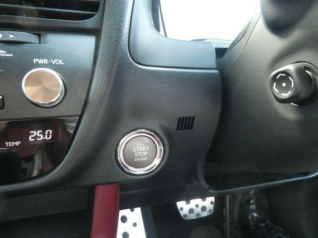 スマートキーですのでキーをバッグやポケットに入れたままでエンジン始動が可能です。またお車の施錠もドアにあるスイッチ一つで開閉可能ですのでカバンからキーを探して取り出すわずわらしさがございません。