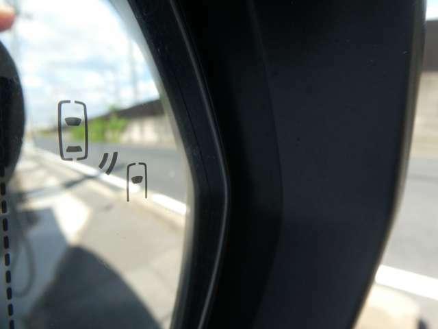 【ブラインドスポットモニター】装備車です!車線変更の時、死角となる斜め後ろに接近している車をLED点灯や警告音で教えてくれます♪安全運転をサポートしてくれるので心強いですね☆