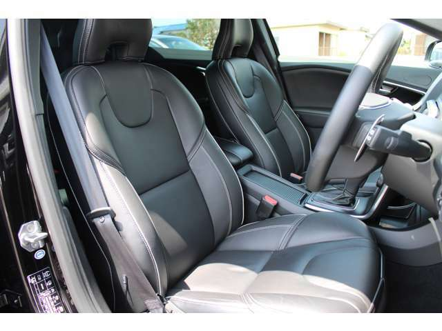 R-DESIGN専用装備、本革/パーフォレーテッドレザー・コンビネーションシートです。座り心地は人間工学を取り入れた疲れにくいシート設計になっています。運転席シートも綺麗な状態です。