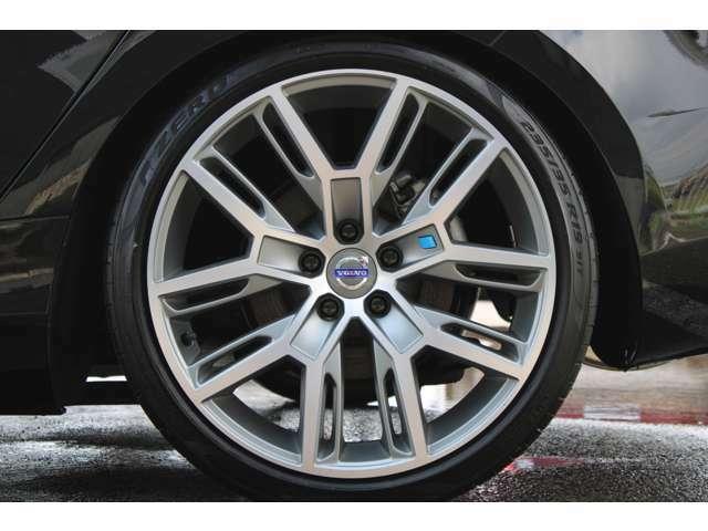 ポールスター専用19インチ軽量アルミホイールが装着されています。ブレーキダストの汚れもなくとても綺麗な状態です。