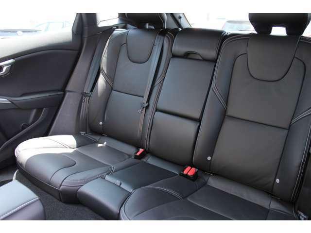 リアシートの空間も広く、長距離移動しても後席の人もリラックスして過ごすことができます。