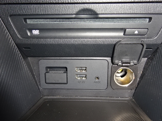 メーカーオプションのCD/DVDプレーヤー+地上デジタルチューナー(フルセグ)を装備の他、USBハブが2口とAUX(外部入力端子)を装備しているのでお手持ちのポータブルオーディオの接続も可能です。