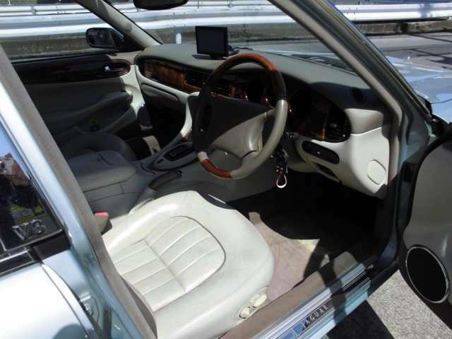 白の本革シートがイギリス車っぽいです。
