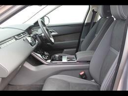 レンジローバーヴェラールの車内には、エレガントでシンプルな美しさが息づいてます。