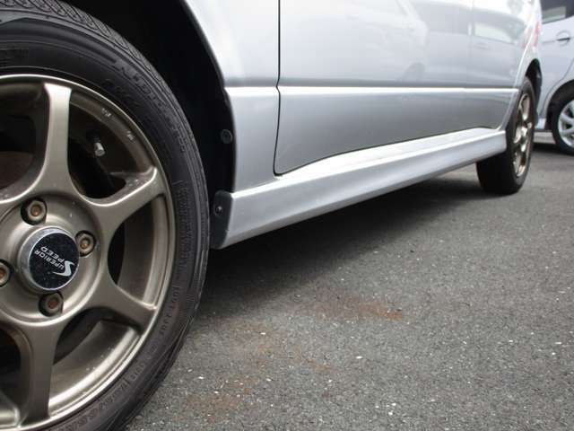 サイドステップ付き!全体的に多少の凹みキズはありますがパッと見は綺麗な感じの車?