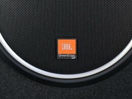 【 JBLプレミアムサウンドシステム 】JBLならではのパワフルな重低音をお楽しみいただけます。また、大迫力と臨場感を実現する独自のサラウンドモードも搭載しております。