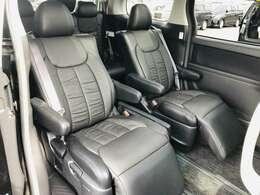 【黒革調シートカバー付きセカンドシート】最大800mmのロングスライドシートとオットマン機能により足を楽々伸ばす事が可能です!また、ひじ掛けもありますので、快適なドライブをお楽しみいただけます!