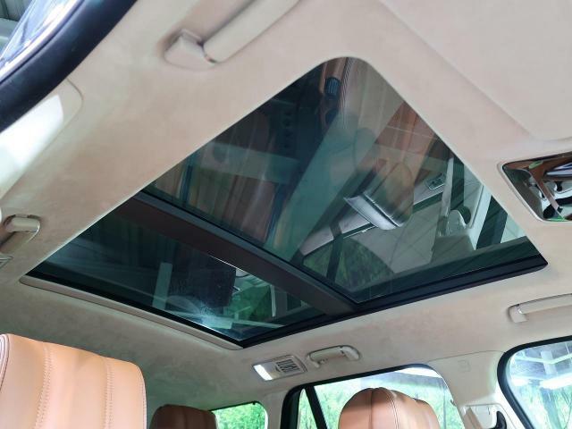 オプションのスライディングパノラミックガラスルーフ。この装備があるだけで室内の解放感が上がり素敵なドライブを存分にお楽しみいただけます