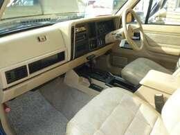 1993年1994年の2年間のみ製造されたオールベージュの内装車になります。