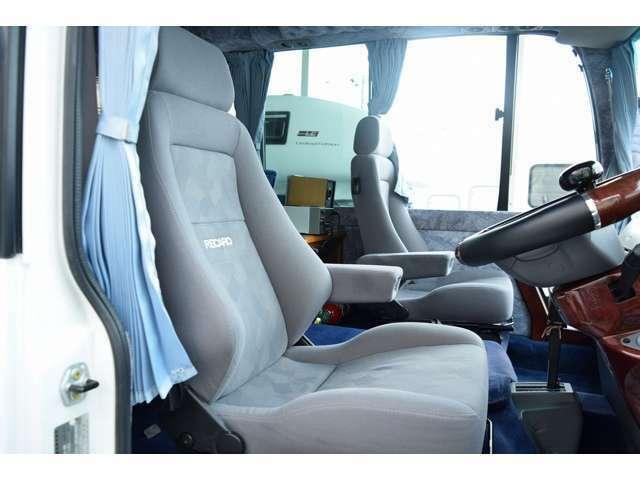 運転席と助手席はレカロシートへ変更済み!長距離のドライブも快適です。