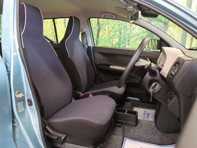 【グレーファブリックシート】運転席も広々としています。長距離運転をする際は疲れの軽減ができ快適に運転できることができるでしょう^^