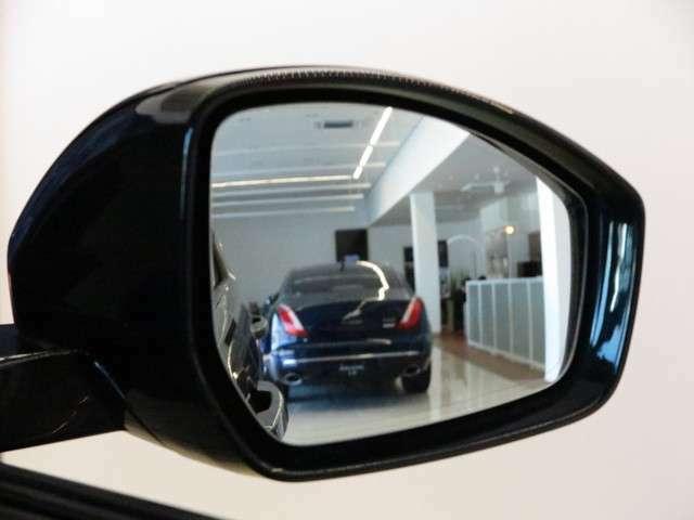 ブラインドスポットモニター(114,000円)「車線変更時に目視できない車を検知すると、検知した側のミラーに警告ライトが点灯。更にステアリングを制御し、アシストしてくれます。」