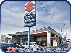 清潔感のある新店舗でございます!中古車以外にも、大型トラック、小型トラック、新車も取り扱っております☆