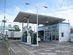 当店から5分、当社提携のガソリンスタンドございます。お車ご成約の方に次回車検満了まで使えるガソリン割引カード進呈中!