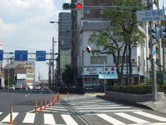 こちらの交差点の右側に当店がございます。