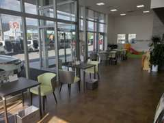 明るくきれいな商談スペースです!お客様の居心地のよい店舗作りを目指しております。
