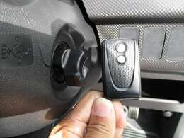 キーはポケットに入れたままでレバーを回せば簡単エンジン始動できるスマートキー!ドアロックの開閉も取り出し不要なので荷物や傘を持っていてもスムーズです!(^^)!