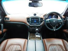 インテリアは8方向電動調整式フロントシート、エバーノウッドインテリアトリム、シートヒーター、ヴェンチレーションが装備され、スポーティーな走りの楽しみと快適性を両立。