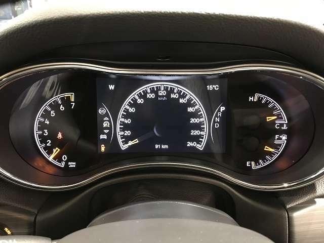 メーター内にも液晶パネルを配置し、燃費や車両情報を表示可能です。