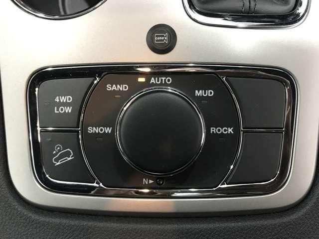 フルタイム4WDのシステムは地形に合わせて細かく変更が可能。