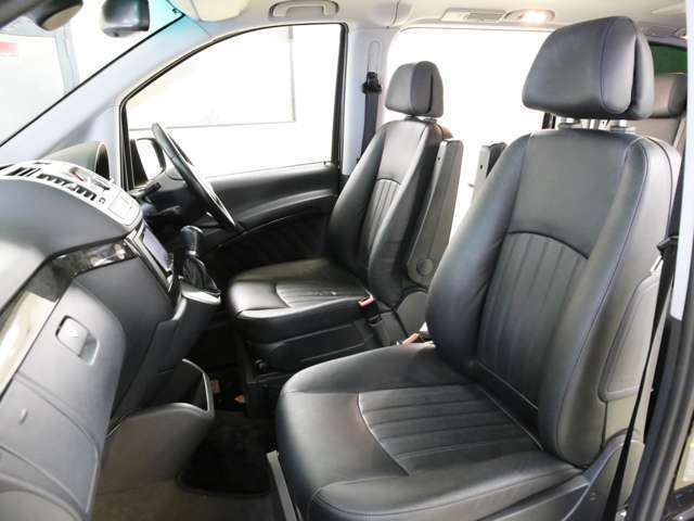 室内は高級感溢れる黒本革シートとなっております!便利なメモリー機能付きパワーシートや冬場でも快適なシートヒーターを搭載しております!