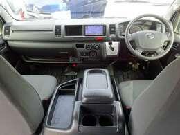 Wエアバッグ/ABS/キーレス/イモビライザー/純正フロアマット/フロントエアコン/リヤクーラー/リヤヒーターが装備されています。