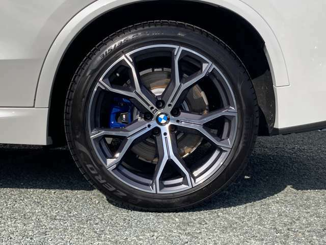 一部モデルを除いたほとんどの車両でランフラットタイヤが標準装備♪たとえタイヤの空気が抜けてしまっても、~80km/hの速度で80km程の距離を走行可能です。