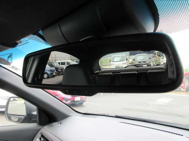 自動防眩ルームミラー標準です。後ろからのまぶしい光を調整します。