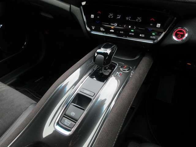 左右独立エアコン、シフトレバー、サイドブレーキは電子制御式パーキングブレーキです