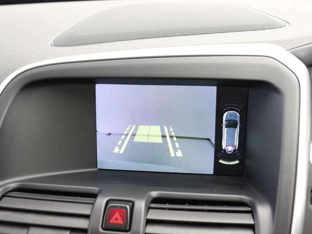 カメラとセンサーのWサポート。雨天時や夜間など後方視界の確保が困難な時にも、ディスプレイ上に誘導ラインが表示されよりスムーズな駐車をサポートします。