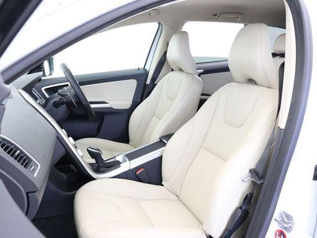 コクピットはドライバーであるあなたを中心に設計されています。運転席に座ると、ダッシュボードがわずかにドライバー側へと向けられており、それが完 璧な操作性を実現していることに気づくはずです。