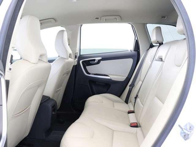 XC60ではすべての席が同じ基準で設えられているので、どのシートに座っても同じように快適であり、同等の空間が確保され、明るさと美しいデザインを共有できます。それがXC60でのドライブです。