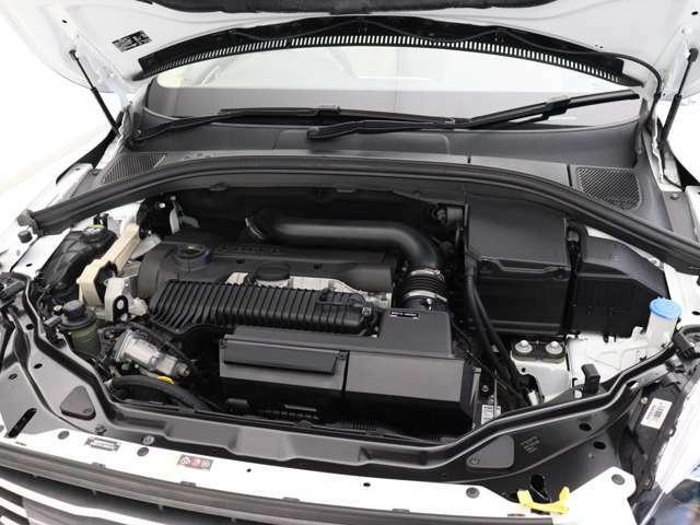 254ps/360Nm(カタログ値)を発生。6気筒エンジンの余裕と4気筒エンジンの俊敏なレスポンスを両立させる、ボルボの新開発5気筒ターボエンジンは、きわめて機敏な発進と余裕に満ちた加速を実現します。