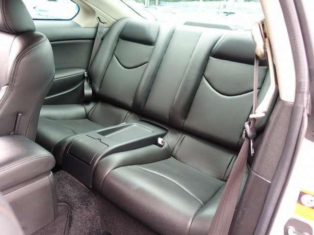 人気のスカイライン カスタム車両の入庫!多数の高額パーツを装備し、326車高調にWORKエモーションCR2P 19AW、社外エアクリーナー、曙キャリパーなど希少価値の一台。純正HDDナビ、黒革シート付