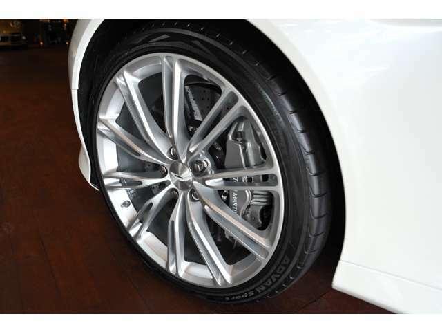 カーボンブレーキも標準装備しており前期タイプよりも格段にブレーキ性能が上がっております!
