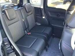 リヤシートは足元、頭上共に余裕があってとても快適です。