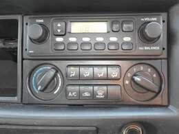 AM/FMラジオつきです また移動時の車内も快適に マニュアルエアコンです