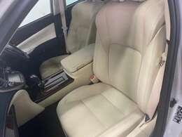 シンプルながら座り心地の良いシートです。 ホールド感も良いので長いドライビングでも疲れにくいんです。車輌サイズ