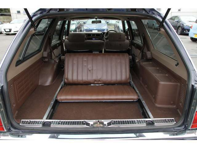 3列シート8人乗りの車両になります♪国産旧車の価格が高騰している中格安にて販売中です!