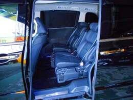 豪華なブラック本革7人乗り プレミアムクレードルシートです。LEDウェルカムライト付パワースライドドア。LEDサイドステップガーニッシュ(光のアイテムパッケージ)