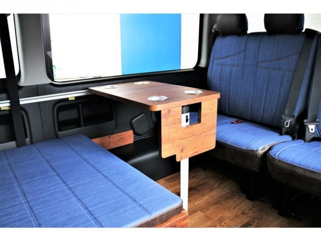 シートアレンジ次第で対面式のテーブルも設置可能で、車内でお手軽に食事が可能となっております!!