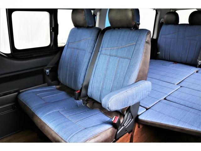 後席シートもデニム調シートカバーが装着されており、車内がカジュアルな印象となっております!!