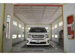 輸入車、高級車にも対応できるクオリティを実現する日本製高級塗装ブース完備。なので当店の在庫はピッカピカ!