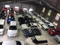 展示車は倉庫内に大切に保管しております。不在時は閉めていることもありますので、事前にお問い合わせください。