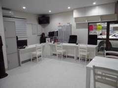 店内では修理などでお待ちのお客様を退屈しない様、雑誌やDVDなど完備しております!0157-57-5039