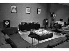 ゆったりとしたソファーとクラシクオーディオでおくつろぎ下さい