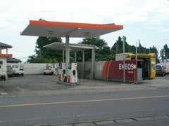 併設してあるガソリンスタンドです。ご来店の際はついでに給油もいかがでしょうか?